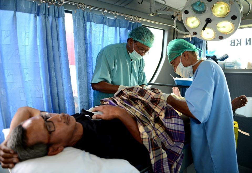 پزشکان در حال انجام وازکتومی سرپایی در جزیره بالی اندونزی
