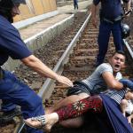 .یک خانواده سوری در حال عبور از مرز برای شکستن محاصره پلیس خود را روی ریل قطار انداخته اند