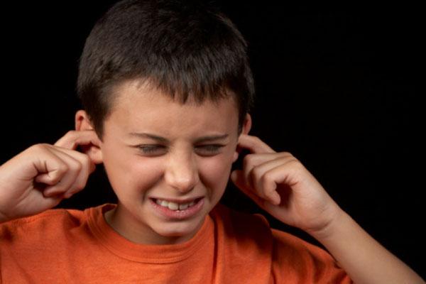 ممکن است بطور غیر منتظره نسبت به نور، صدا و لمس حساسیت نشان دهد و در عین حال به درد بیاعتنا باشد