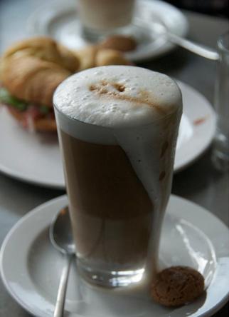 مثلا یک فنجان قهوه موکا ۲۹۰ کیلوکالری دارد که برای سوزاندن آن باید ۵۳ دقیقه پیادهروی کرد و برای سوزاندن کالری موجود در یک کیک کوچک بلوبری باید ۴۸ دقیقه پیادهروی کرد.