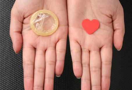در طول هر تماس جنسی، از کاندوم مردانه یا کاندوم پلی اورتان زنانه استفاده کنید