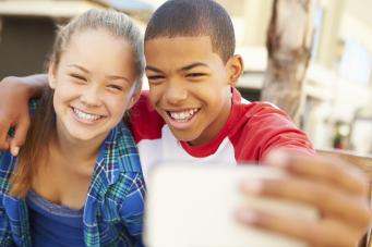 واکسن گارداسیل برای پیشگیری از عفونت HPV از سال ۲۰۰۶ در اختیار قرار گرفته و تجویز آن به دختران ۹ تا ۱۳ توصیه می شود. در سال ۲۰۱۲ مرکز ملی سرطان در امریکا با تغییر دستورالعمل قبلی، تزریق واکسن را به پسران در همان محدوده سنی نیز توصیه کرد.