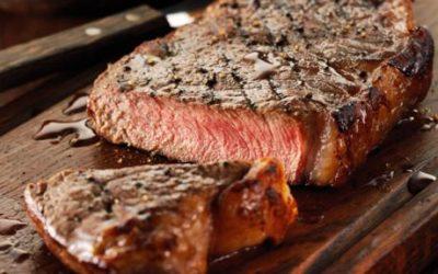 مصرف گوشت، ماهی و مرغ را محدود کنید. مقدار کمی از آنها شاید قابلتحمل باشد، اما حواستان به نوع و مقدار هر کدام که ظاهراً برایتان مشکلساز میشود باشد.
