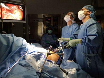 در تعداد کمی از موارد، فتق هیاتال ممکن است نیازمند جراحی باشد. جراحی به طور کلی برای موقعیتهای اضطراری که بسیار نادر هستند و برای افرادی که از داروها نتیجه نگرفتهاند، برای از بین بردن سوزش سر دل و برگشت اسید معده تجویز میشود