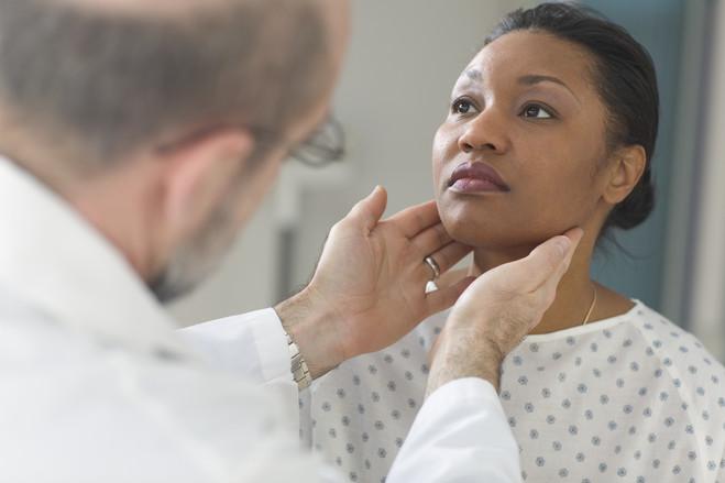 در طول معاینه، دکتر تلاش خواهد کرد هر گونه لرزش خفیف در انگشتان را هنگامی شناسایی کند که کشیده میشوند، بیش از حد رفلکس دارند، باعث تغییرات چشم و گرمی و پوست مرطوب میشوند. دکتر همچنین غده تیروئید را هنگام بلع بررسی میکند.