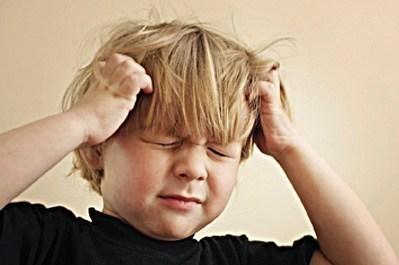 خارش در پوست سر، گردن و گوش شایعترین علامت است. این نوعی واکنش آلرژیک به شپش بزاق محسوب میشود