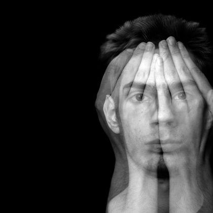 اختلالات شخصیتی خوشه ب با ویژگیهای تفکر یا رفتار نمایشی، بیش از حد احساساتی و یا غیرقابلپیشبینی مشخص میشود.