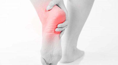 لتهاب غلاف کف پا یا اصطلاحاً پلانتار فاسیا یکی از شایعترین علل درد پاشنه است. این وضعیت شامل درد و التهاب دسته ضخیمی از بافت ها به نام پلانتار فاسیا است که در سراسر کف پا کشیده شده و استخوان پاشنه را به انگشتان متصل میکنند