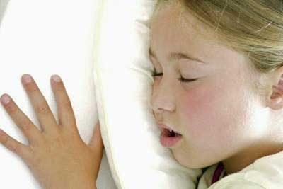 گاهی خیس کردن رختخواب نشانهای از آپنه انسدادی خواب است، وضعیتی که در آن تنفس کودک در طول خواب قطع میشود که اغلب ناشی از لوزه ملتهب یا بزرگ یا آدنوئید است. سایر علائم و نشانههای احتمالی شامل خروپف، عفونتهای مکرر گوش و سینوسی، گلودرد، یا خوابآلودگی در طول روز میشود