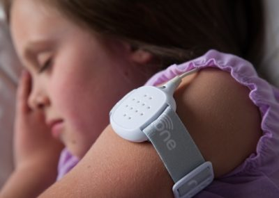 این دستگاههای کوچک باطریخور که بدون نسخه در اکثر داروخانهها موجود هستند، به یک پد حساس به رطوبت برروی لباس خواب و یا ملافه فرزندتان وصل میشوند. وقتی پد کمی رطوبت حس کند، زنگ هشدار به صدا درمیآید