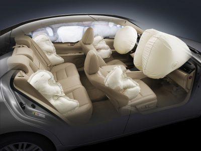کمربند ایمنی و کیسه هوا: همیشه کمربند ایمنی را در وسیله نقلیه موتوری ببندید. بچه کوچک همیشه باید در صندلی عقب اتومبیل بنشیند و در صندلی ایمنی کودک یا صندلی تقویتکنندهای قرار داده شود که متناسب اندازه و وزنش باشد