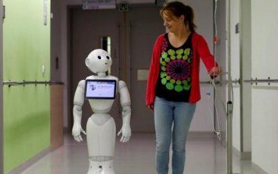 در بیمارستان ای زی دامیان دراوستند بلژیک، هر کس که وارد بیمارستان می شود اولین کسی که به او خوش آمد می گوید، پپر، روبات انسان نمایی است که به ۱۹ زبان مختلف صحبت می کند. کمپانی بلژیکی زورا بوتس، سازنده این پدیده شگفت انگیز می گوید، پِپر را به منظور بهبود خدمات بیمارستانی و با هدف جلب رضایت مشتریان روانه بازار کرده است. گفتنی است پِپر با یک نرم افزار کامپیوتری که قابل نصب روی همه رایانه های متصل به اینترنت است، کنترل و هدایت می شود.