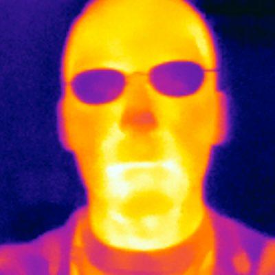 این محققان که در زمینه روانشناسی تجربی مطالعه می کنند، پیشتر و با سنجش حرارت اجزای مرکزی صورت و ترسیم آن (ترموگرافی) مدعی شده اند که دماغ انسان ها وقت دروغ گفتن داغ می شود که این گرمای ناگهانی آن را قرمز می کند یا افراد را به فین فین می اندازد یا وادارشان می کند دماغ شان را لمس کنند مثلا آن را بخارانند.