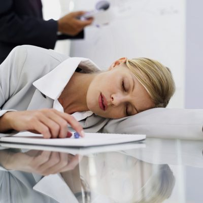 این تحقیق تازه نشان می دهد که کسانی که در شب، ۶ ساعت یا کمتر می خوابند، با یک چرت ۲۰ دقیقه ای در طول روز می توانند بسیاری از عوارض آن را جبران کنند.