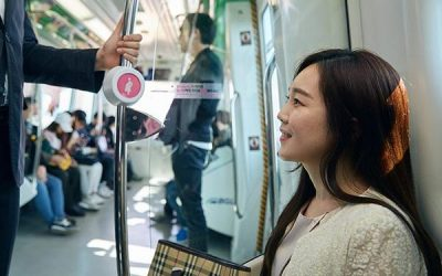 کمپین با استفاده از تکنولوژی بلو توث، کارت های هوشمندی که تصویر یک نوزاد روی آن است، در اختیار زنان حامله قرار می دهد که به محض سوار شدن آنها به مترو، لامپ صورتی مخصوصی را منوّر می کند و از مسافران می خواهد، صندلی شان را به او بدهند.