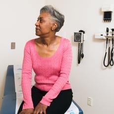 چنانچه فردی دچار ضایعات پوستی بی دلیل، تب طولانی مدت، دردهای پابرجا  و خستگی مزمن باشد، باید به این بیماری شک کرد و به پزشک مراجعه شود.   لوپوس زمانی اتفاق می افتد که سیستم ایمنی یا دستگاه دفاعی بدن به سلول ها و بافت های سالم و خودی حمله می کند. گرچه علت قطعی بیماری روشن نیست، اما احتمال می رود، ترکیبی از عوامل محیطی و استعداد ژنتیکی در بروز بیماری دخیل هستند. بر این اساس، فرد مستعد چنانچه در معرض یک یا چند عامل از عوامل زیر، قرار بگیرد، بیمار می شود.